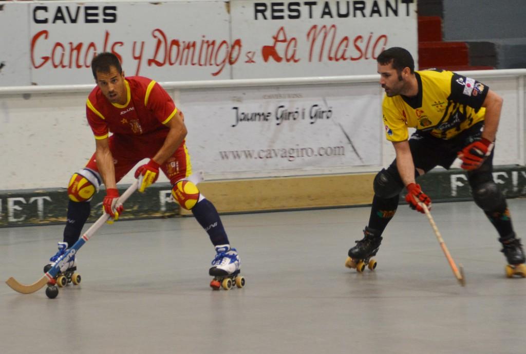 Adroher, autor del primer gol, condueix la bola davant d'Aleix Esteller (foto: cenoia.com)