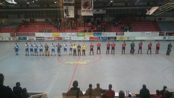 Els dos equips van guardar un minut de silenci per la mort d'un jugador de la base del HC Espluga (foto: cenoia.com